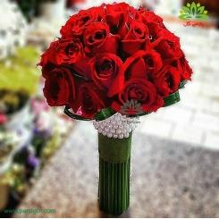 دسته گل عروس رز قرمز با دسته مرواریدی کد DF05404