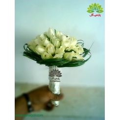 دسته گل عروس رز سفید با دسته روبانی کد DF06304
