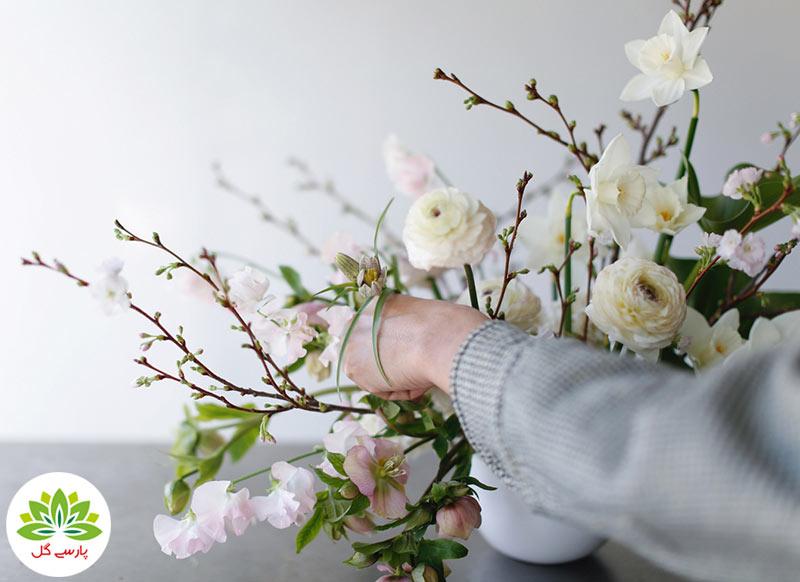 نحوه چیدمان شاخه گل طبیعی در گلدان، آموزش تصویری تزیین گل و دسته گل در گلدان در گلفروشی اینترنتی پارسی گل